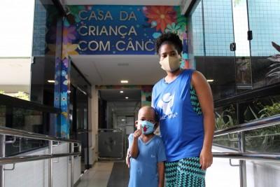 Ivete Sangalo doa para as crianças do GACC-BA