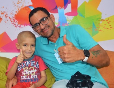 (Foto: Fábio comemorando a sua última quimioterapia, Itapuã – Ba)