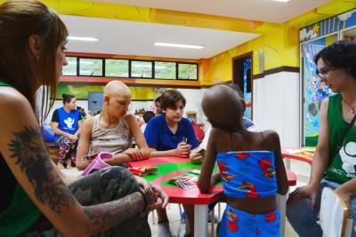 Alunos da Land School promovem atividade com as crianças