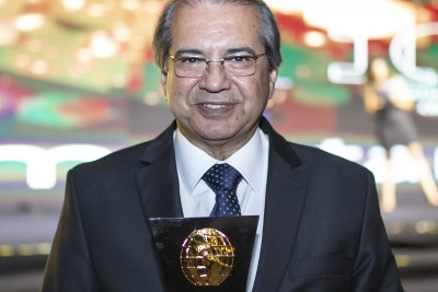 Roberto Sá Menezes recebe prêmio na categoria Referência em Saúde