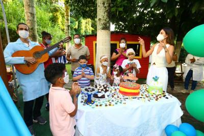 Mari Gonzalez visita as crianças com câncer do GACC-BA