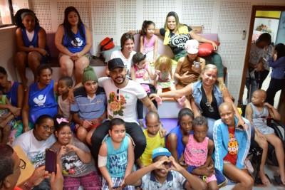 Viny Oliveiras se apresenta para as crianças
